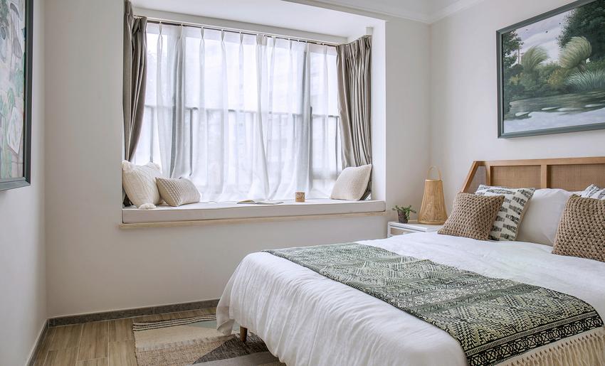 主卧延续客厅的丛林氛围,大量使用藤麻编织材质。