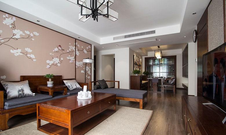 大面积富有生机的花鸟图案作为沙发背景墙装饰,烘托着朴质的红木家具,将中式的古典意蕴渲染出来。