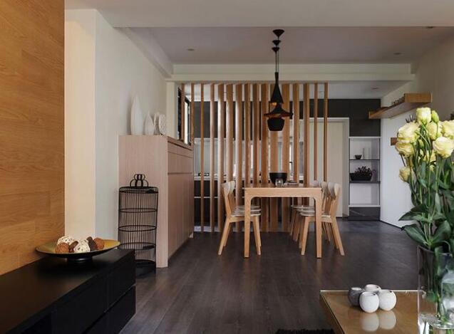 大面积铺陈的木质纹理,由壁至地做入深浅调性变化,展现人文况味同时也为空间悄悄添温。