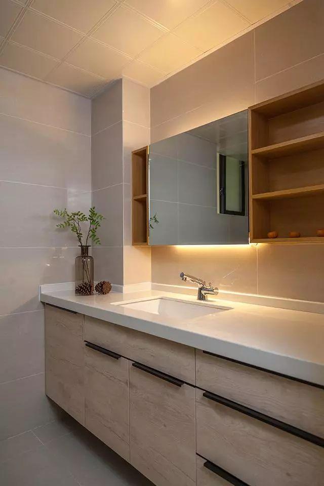 卫生间的洗漱柜台,占地空间比较大,墙砖也是贴的浅灰色,不至于凌乱花哨,这种柜台也可以收纳很多物品。