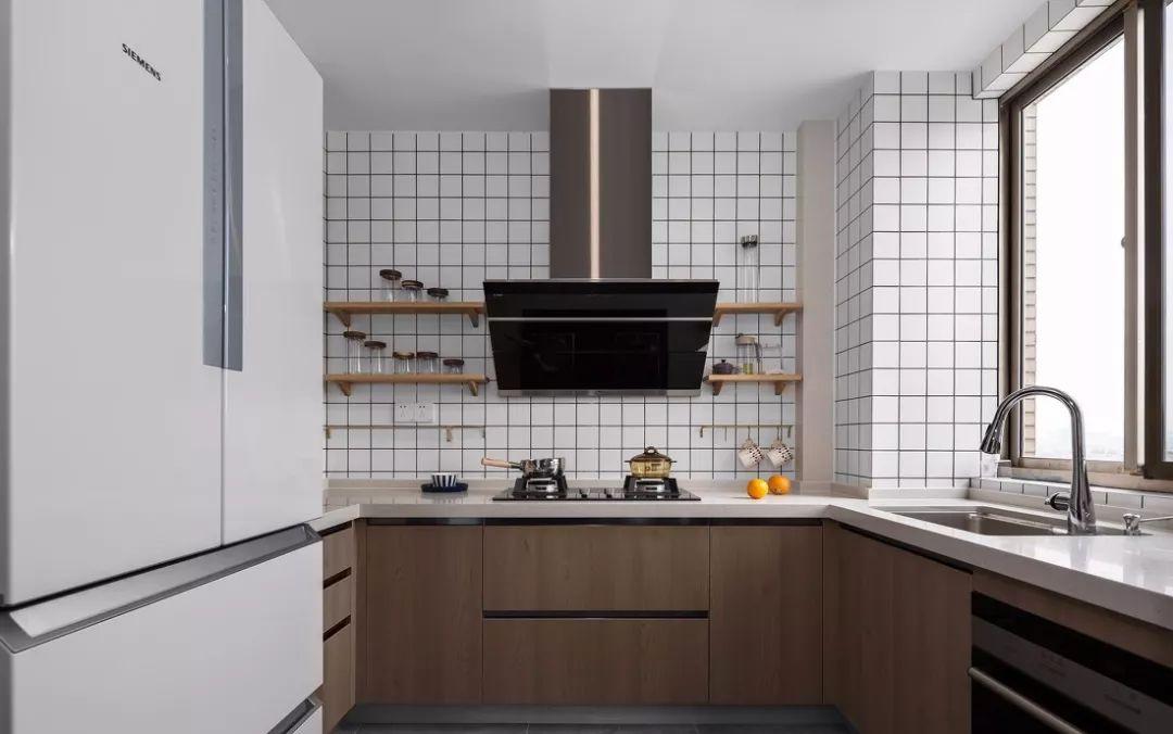 厨房采用的小白砖经典不失时尚,搭配上原木橱柜,带给人自然、温润的美的享受。