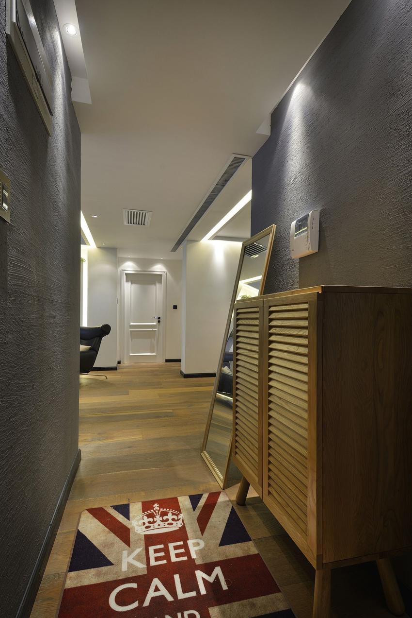玄关狭长,光线阴暗,不适宜设计大面积的壁柜,因此仅选择了一款小巧的鞋柜和穿衣镜。