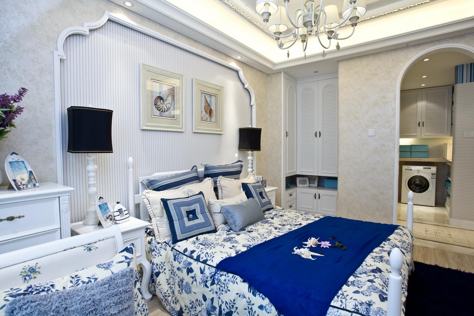 主卧室是白色墙面加木质饰面中腰线,使空间变得更加纯粹,床品是蓝白的,是惬意和舒适的代表