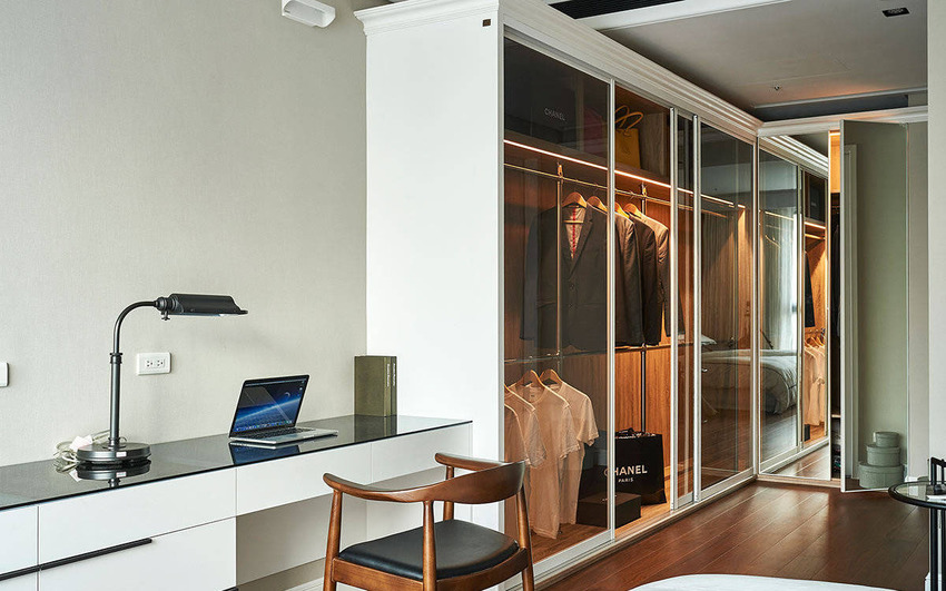 主卧室内结合更衣室空间,以整片透亮的灰玻为材质,营造精致质感,整体空间更富有变化。