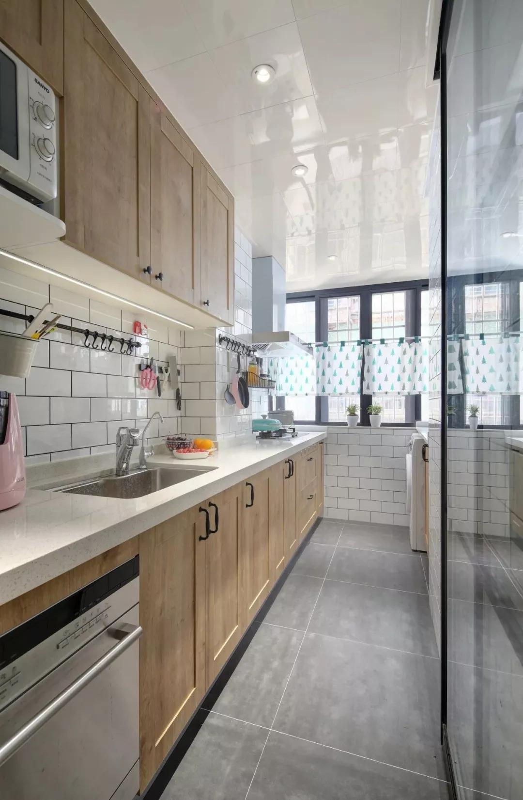 """""""一""""字型设计,厨房过道尽头便是宽大的窗,整体简洁明亮。"""