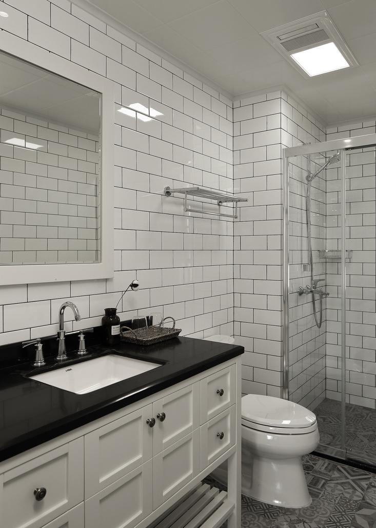 白色墙砖,花色地砖,整个卫生间,不过黑白灰三色。