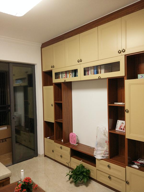 电视柜与橱柜样式相同,装点客厅与厨房的同时也可以满足一家人的储物需求。
