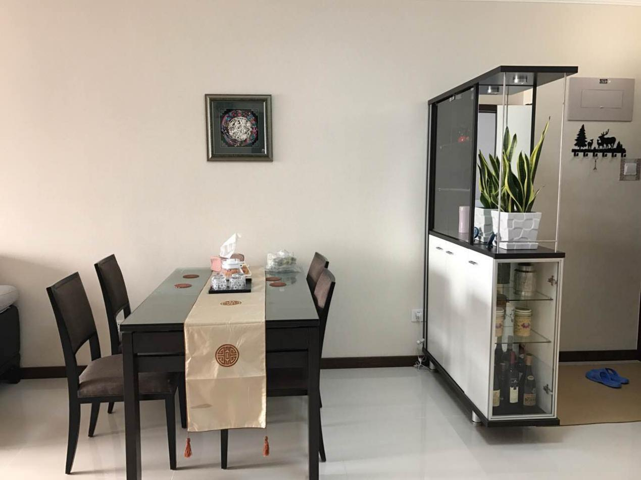 餐厅的设计简洁雅致,深色的餐桌椅搭配印有中国特色图案的米色桌布,让整个餐厅更富层次感。