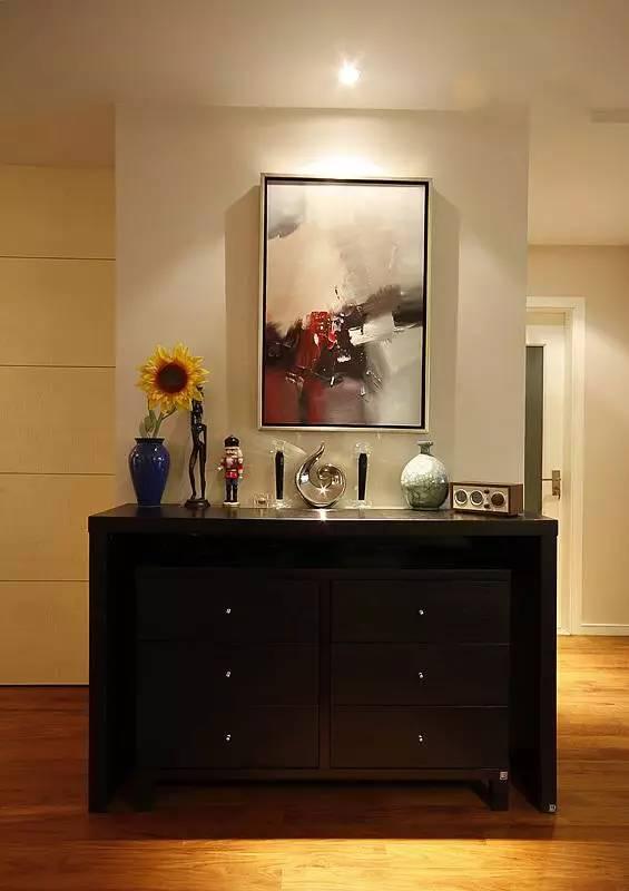 用抽象的油画与向日葵花营造出充满艺术氛围的古典家装质感。