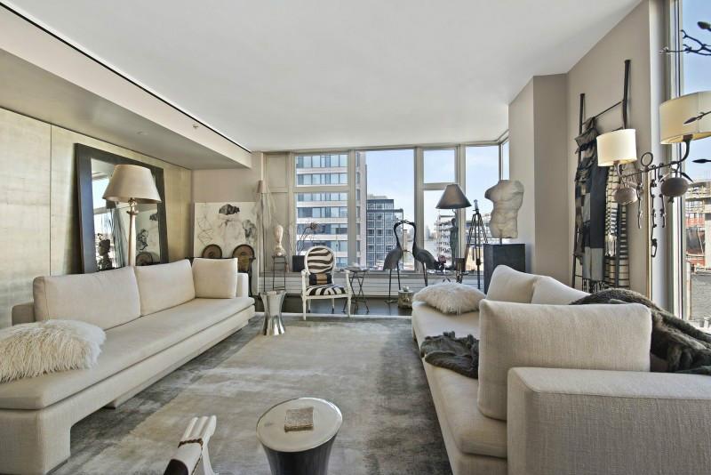 客厅的地窗保证了采光,浅灰色皮质沙发,给整个空间增质不少