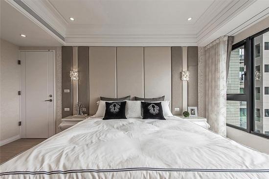 主卧柔和的双色绷布表现空间层次,纯白与大地色和谐共存,为睡眠空间营造轻柔感受。