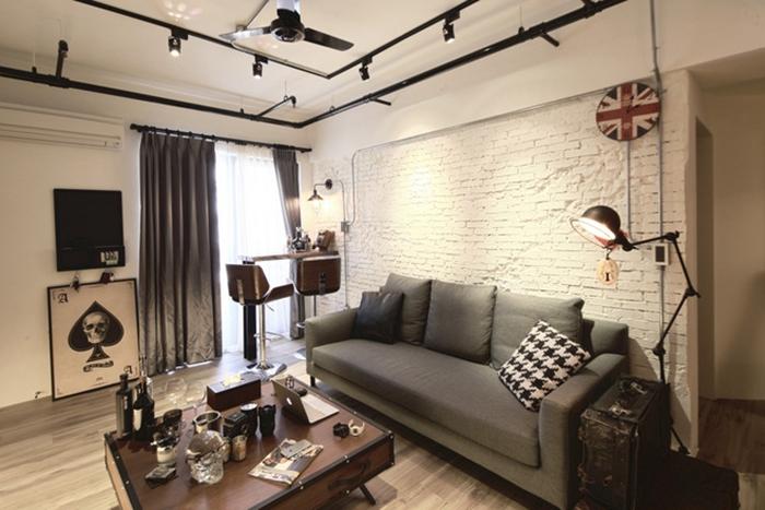 光影打在白色手敲斑驳砖墙,展现略带颓废的坚毅性,与黑色钢管线条构筑出美丽对比。