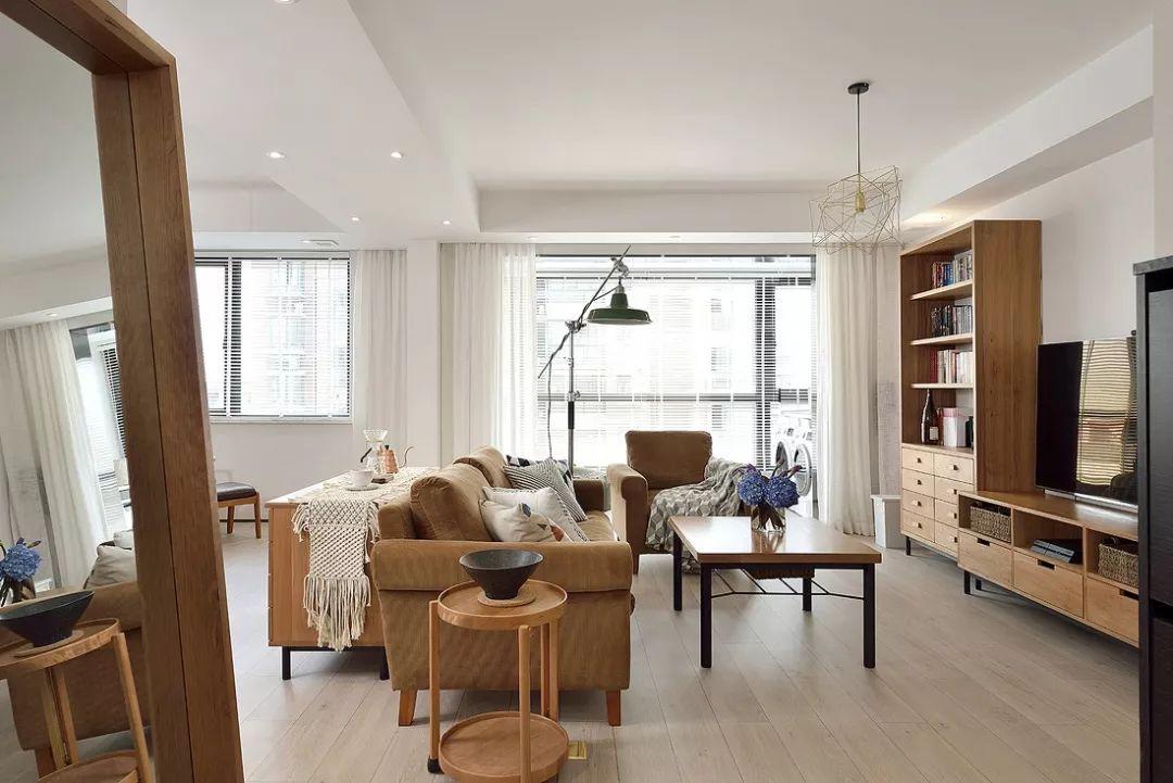 选用经典色的家具添置进素色的空间,就像把过去的时光挪进了屋里。
