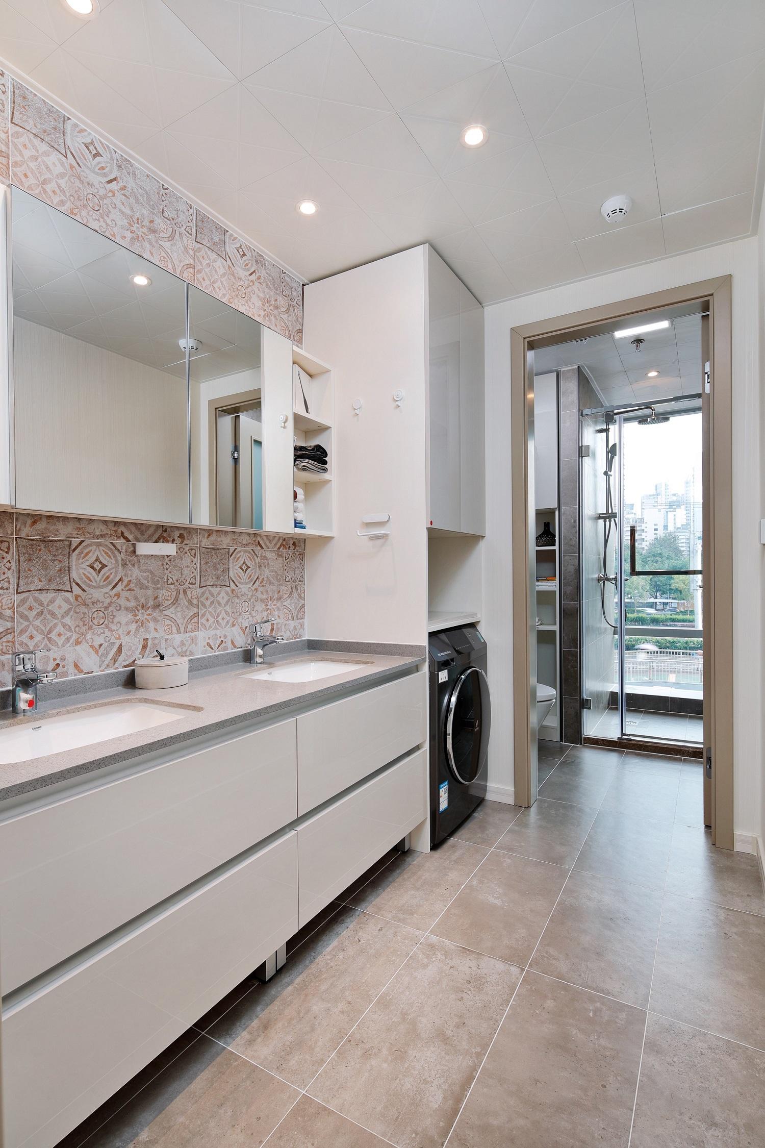 卫生间采用了三分离设计,整体效果更加环保卫生。地柜+顶柜+壁龛等超强收纳设计,让杂乱不再有!
