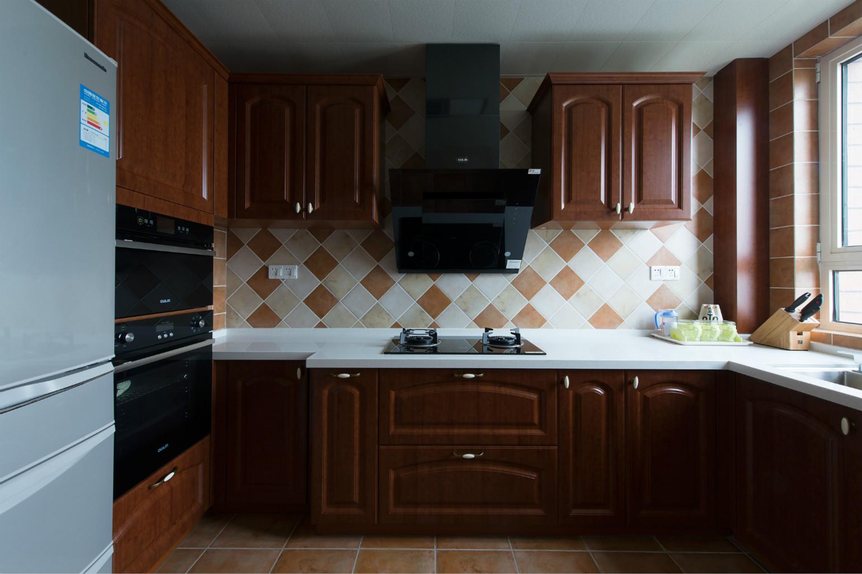 可以看出,家中的很多家具都用了深色的木材,厨房用这样的橱柜,耐脏。