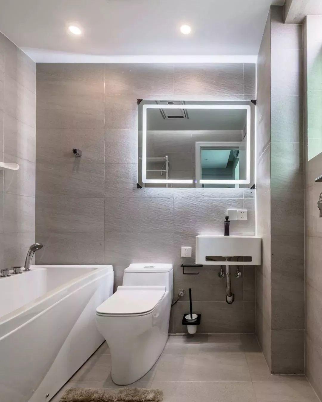 主卫空间虽然很小,但为了满足男主的爱好,特此设计一个小浴缸。