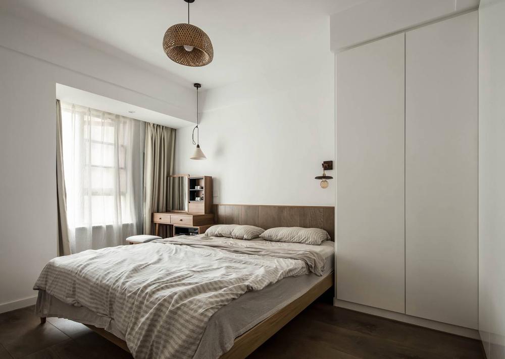 木色与白色色块结合,使整个卧室更加的优雅,梳妆台、吊灯、壁灯等元素赋予了空间随性感。