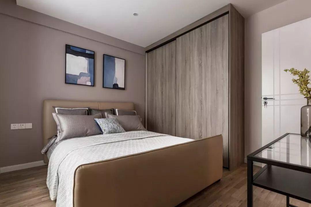 设计师选择推拉门衣柜,原因是给床与衣柜之间留出活动的空间。