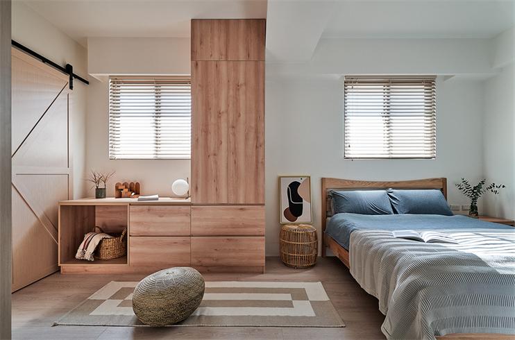 蓝色与木色碰撞,恰到好处地融入在卧室中,好似一副秀丽的图画,视觉效果舒适。