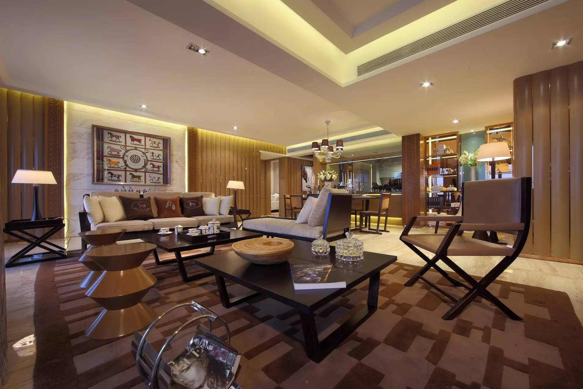 开阔的客厅让人心旷神怡,空间以咖、棕色为主加以少量白色糅合,强烈地感受传统的历史痕迹与浑厚的文化底蕴