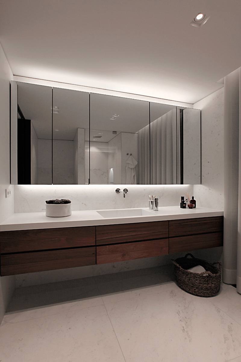 卫生间很是简单大气,以白色和木质柜组成,池台面前是一面大镜子很是清亮。