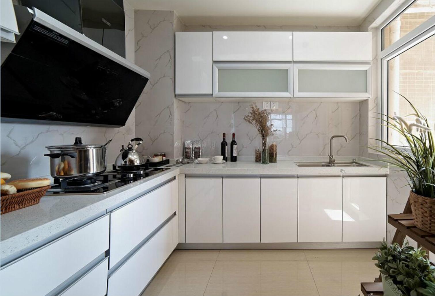 厨房的装修简单实用,白色的大理石台面。易于清洗整理。