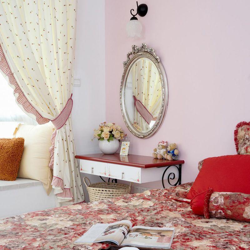 碎花窗帘和被刷成粉色的墙壁,次卧满满的少女感,红色的梳妆台面富有层次,让空间更加立体。
