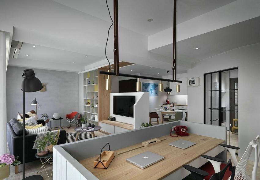 由于客厅面积大且结构不合理,客厅与餐厅是用背景墙隔断划分,而客厅另一边则是用书桌再一次隔出开放式书房