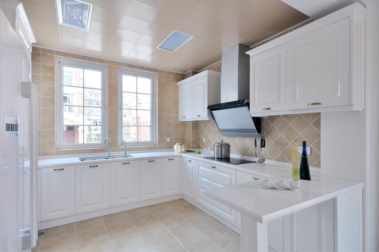 水晶面板厨具点出了整洁度,也延展出了白色势力
