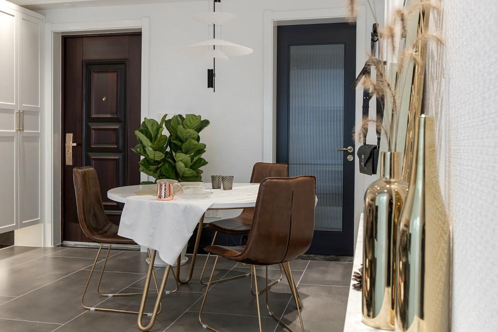 餐厅是家庭成员享用用美食的地方,同时也可用来开家庭会议。