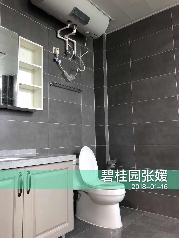 卫生间延续了厨房的设计,灰色的背景墙搭配乳白色橱柜,复古时尚。