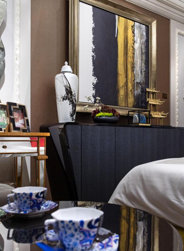 另一处亮点是存在于卧室中华美的景泰蓝差距以及如墨色般的帷幔。