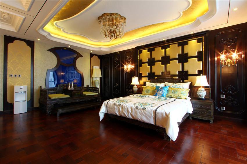 比客厅还要宽敞的主卧被打造的像寝宫,尤其是放置的卧榻尤其让人产生皇家的既视感。