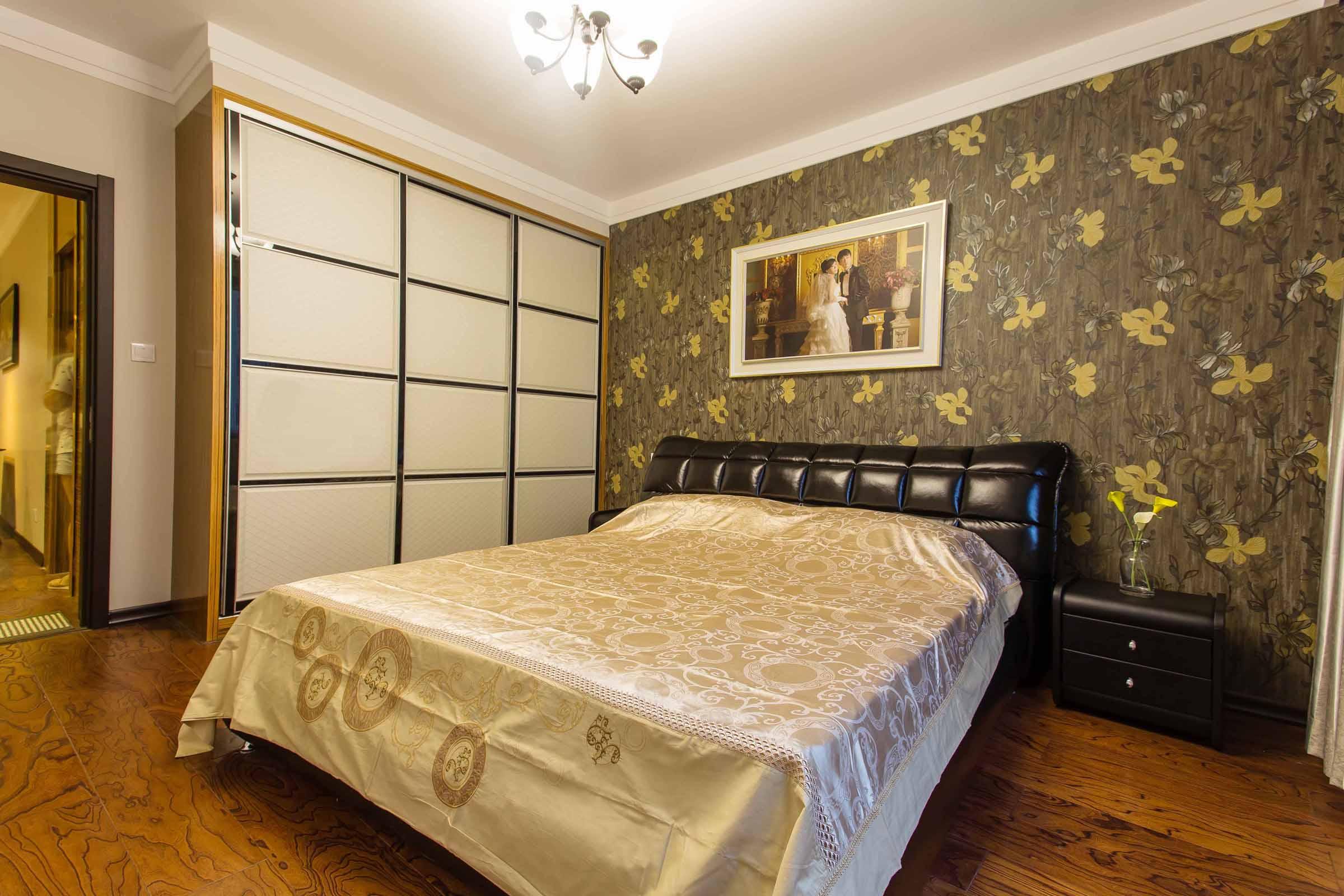 主卧室皮质的大床,以及浅色系的床品使主人温暖的入睡。