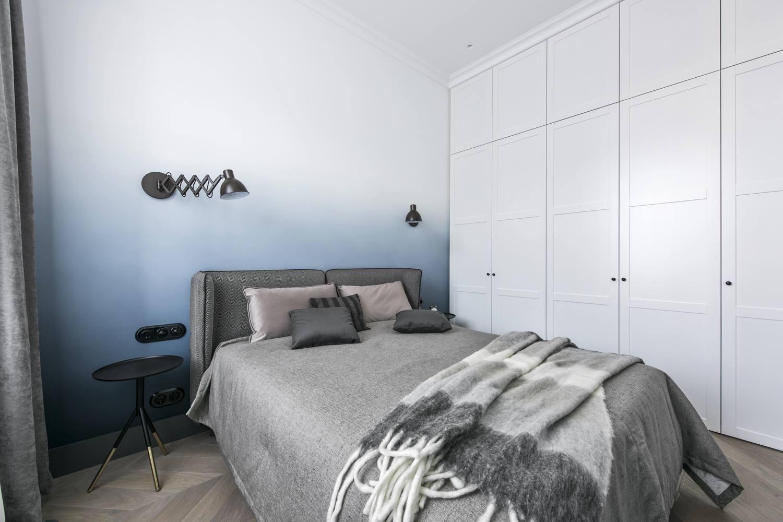 卧室看起来比较有质感,相同的是都很舒适简约。