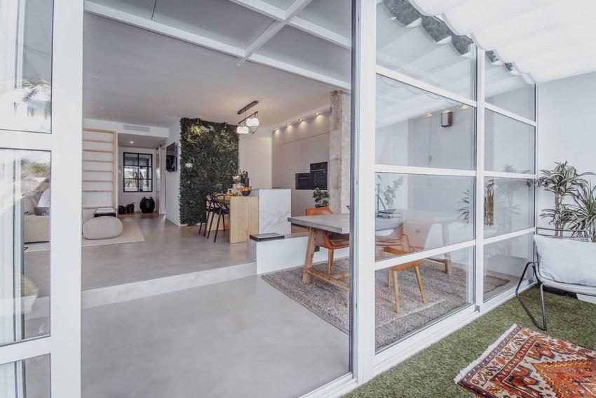 作为休闲式的阳台,当然看不到一点生活的气息,绿地白墙,最适合一个人在此一边喝咖啡,一边翻阅杂志。