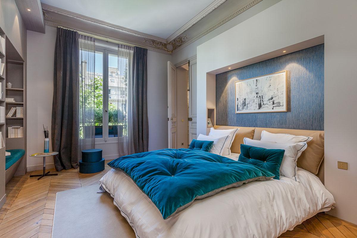 主卧室看起来是不是特别的高逼格,暖色系为主的设计,舒适休息的场所。