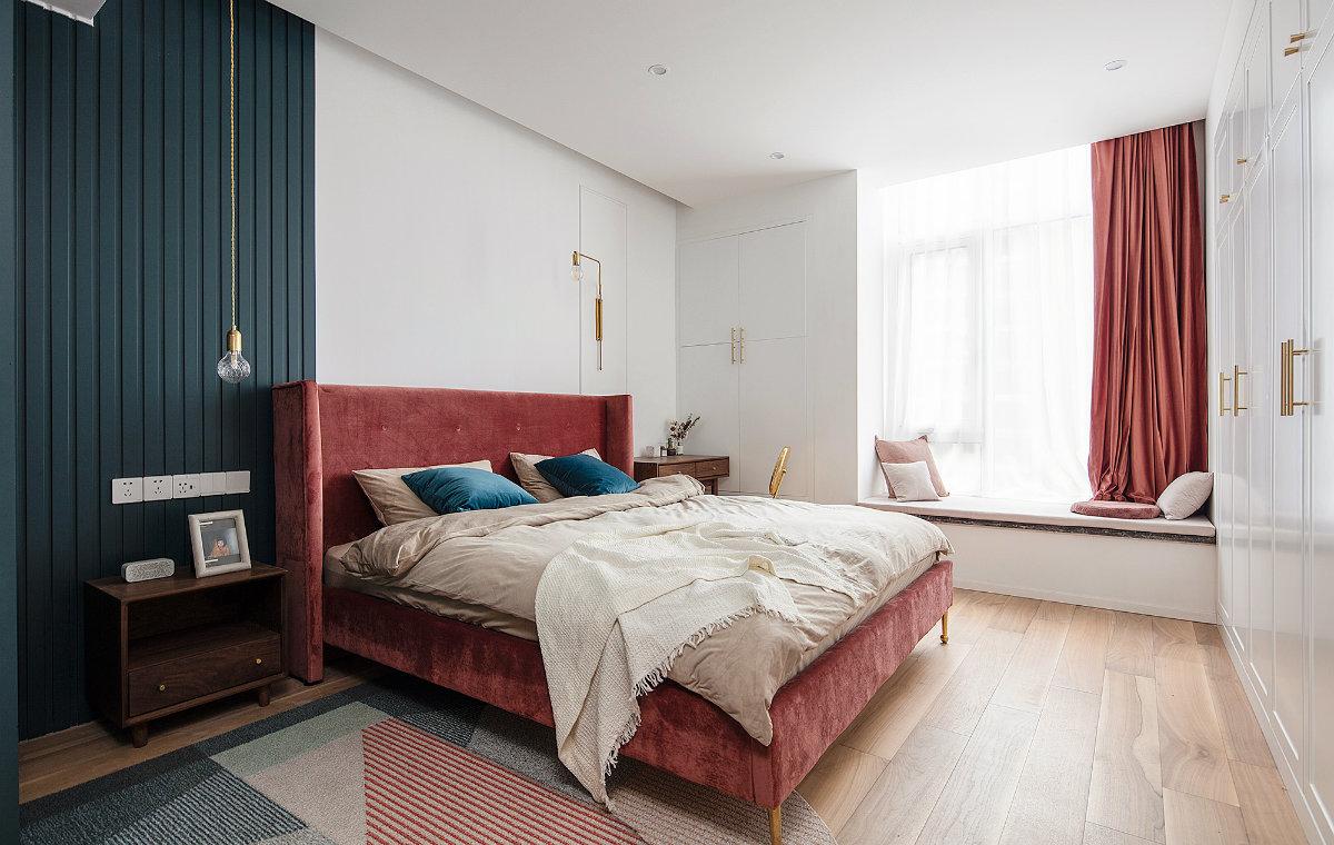 主卧延续居室整体红蓝主色调,打造舒适浪漫的休憩空间,飘窗简单装饰一下,就是一个很好的休闲空间。