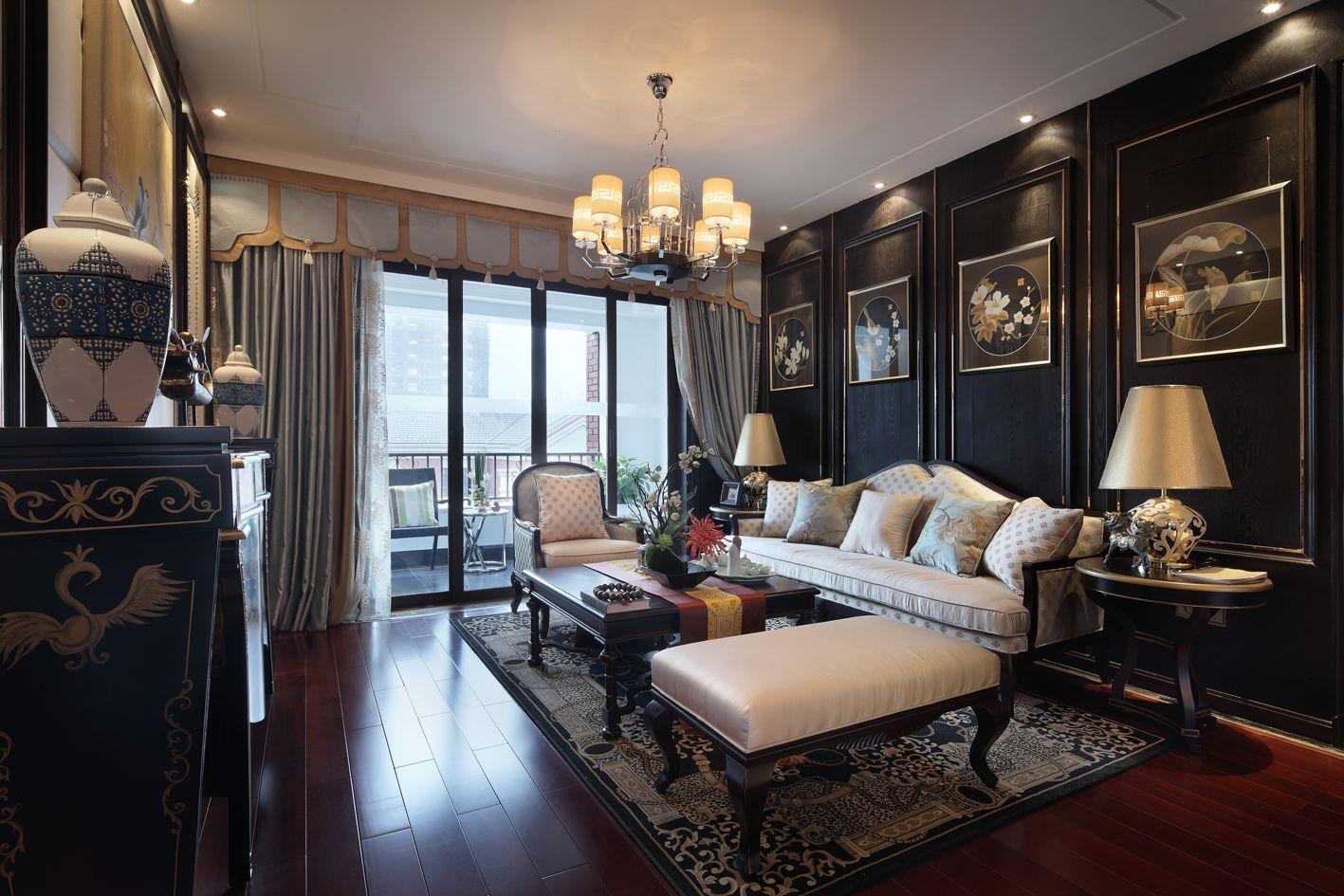 沙发背景墙用画框装饰,古典韵味十足,阳台与客厅通过玻璃门隔开,组成两个独立的空间。