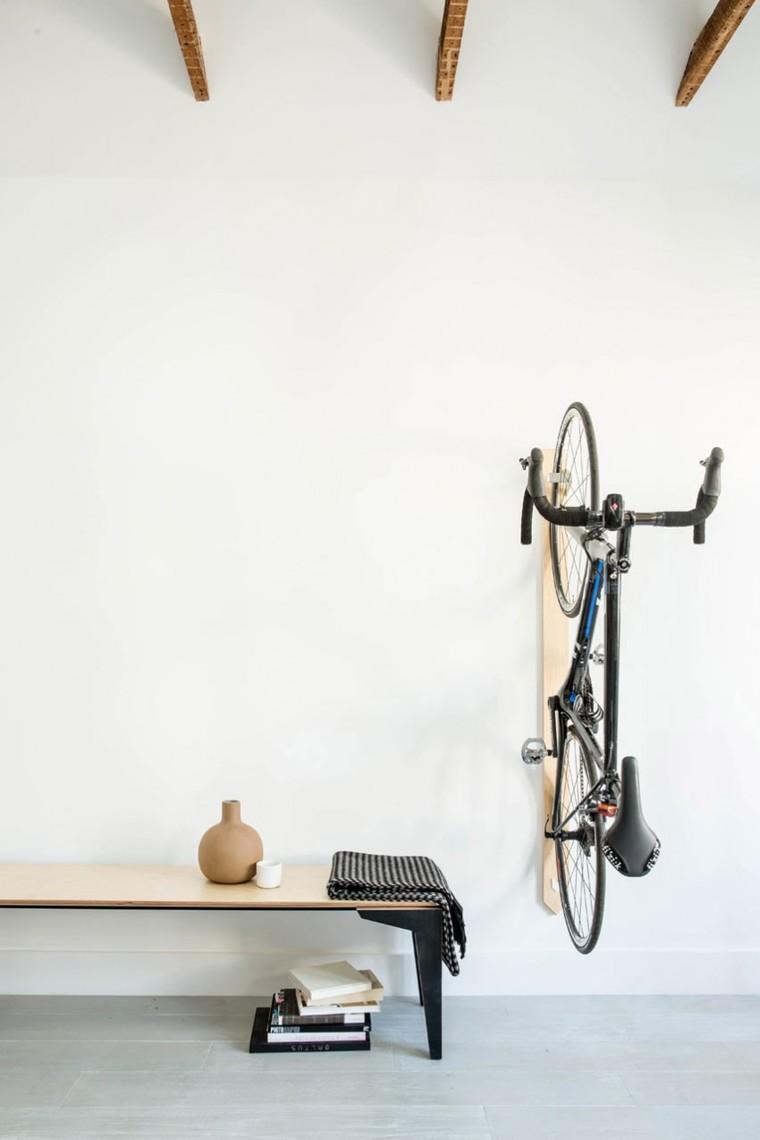 屋主为单车发烧友,与其将爱车当作杂物隐匿在杂物间,不如将它当作配饰,大胆的点缀。