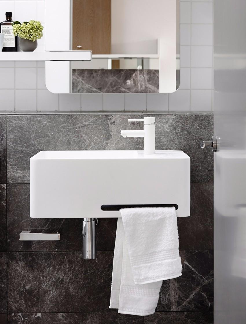 卫生间风格和色调与厨房保持一致,大理石灰+纯白,低调中透着质感。
