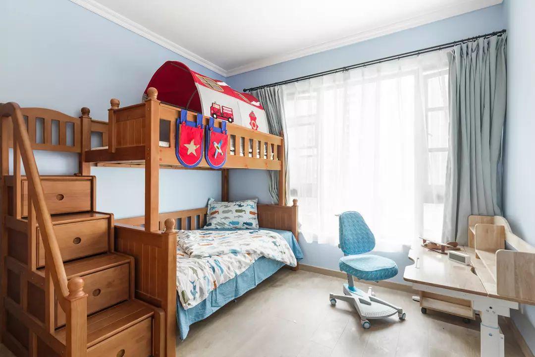 清新配色的儿童房,采光特别的好。买了上下铺卧床,非常地节省空间。