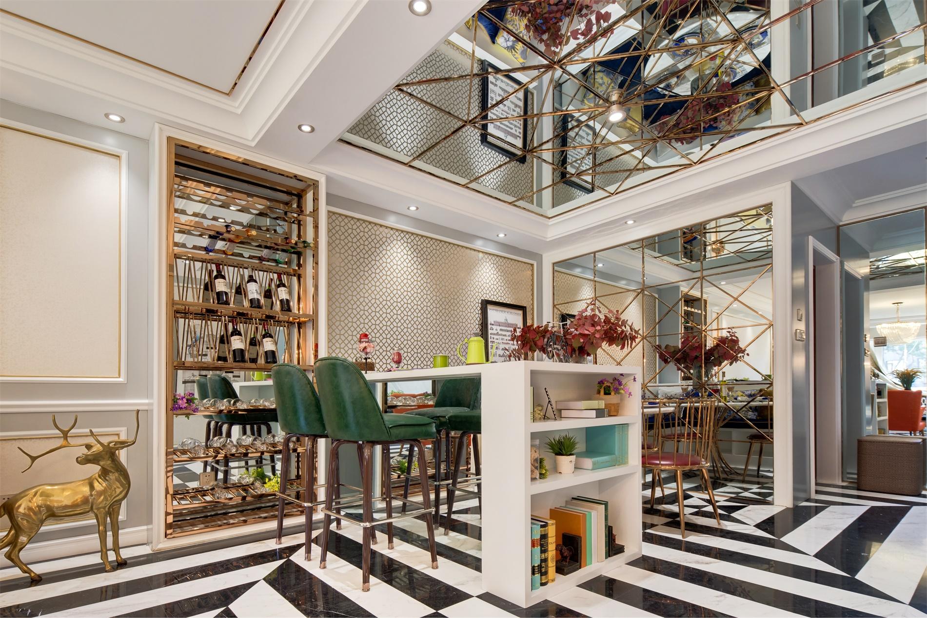 白色吧台起到隔断空间的作用,金色餐边柜与大面积装饰镜,略带一些轻奢的感觉。