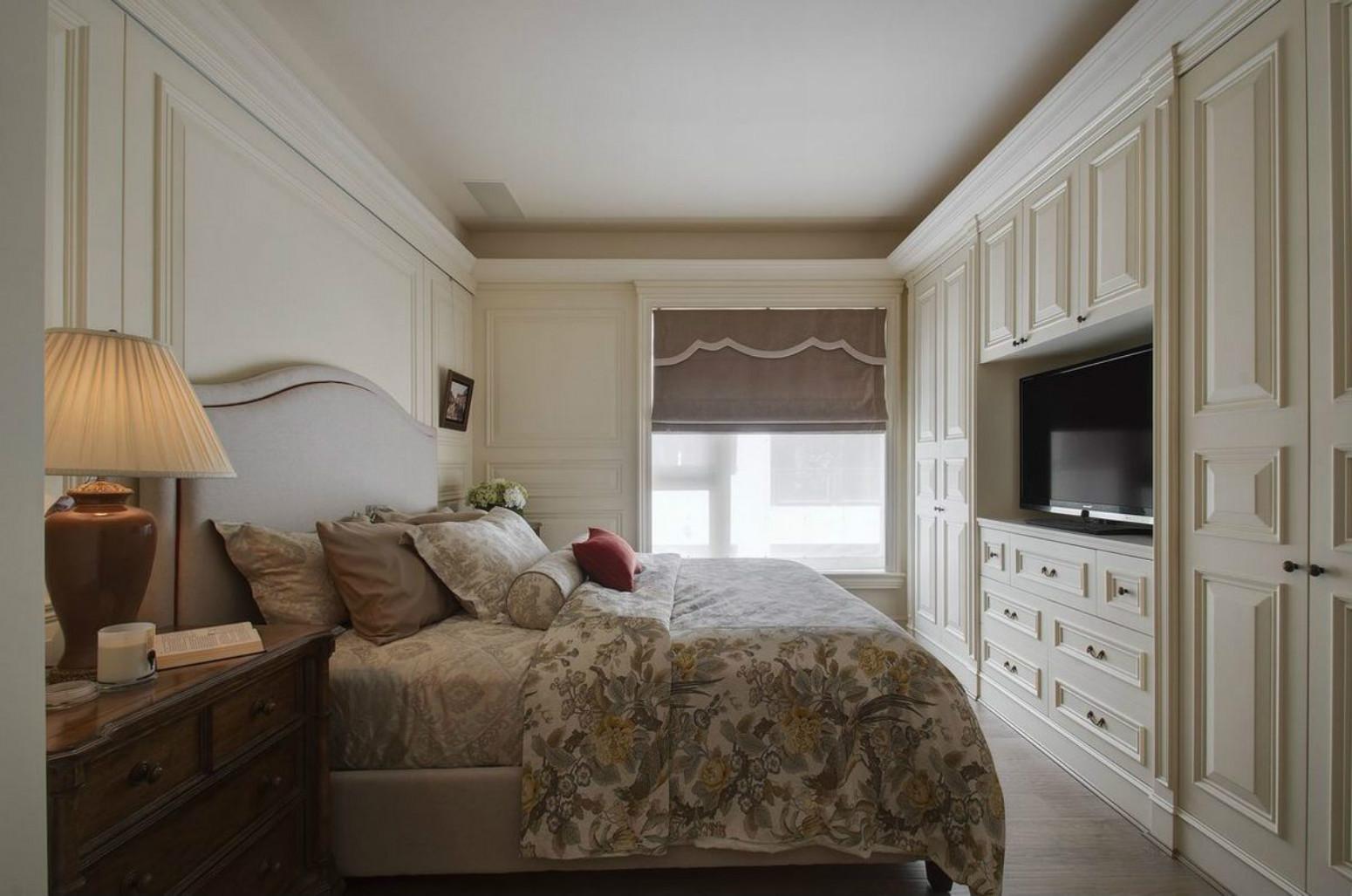 卧室米黄色的的色调,加上床品的质感,适合安静的休憩