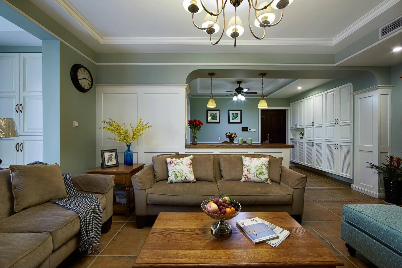客厅配以精致的点缀,整体营造出一种华丽,高贵的感觉。