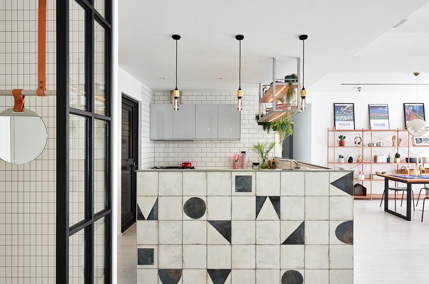 做旧的瓷砖让厨房看起来别有一番风情,黑色几何图案个性又有童趣。