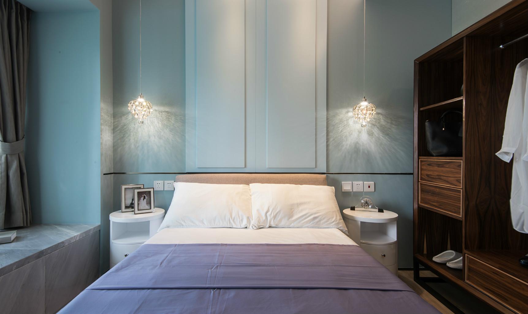 卧室床头两边挂着精致的吊灯,给整个空间点燃了炫彩