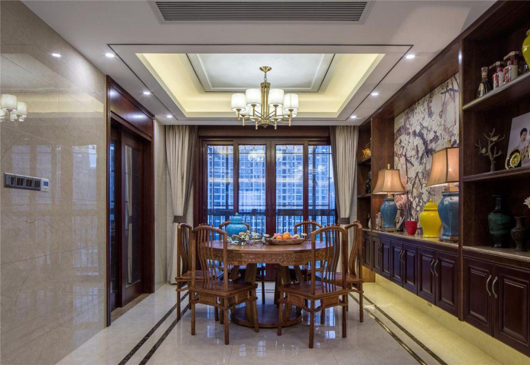 餐桌采用了圆形设计,象征着团团圆圆。餐厅整面墙以橱柜打造,增添了收纳空间。