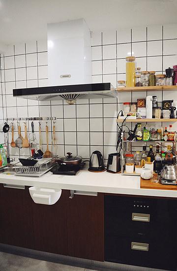 充分利用墙面空间,分门别类地存放,,厨房东西再多也不显凌乱。