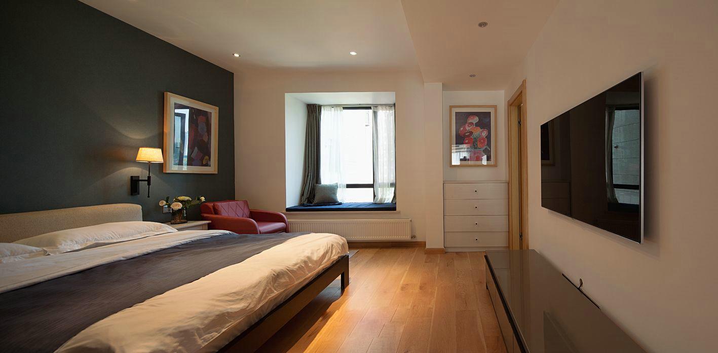 主卧设计干净舒适,床头黑色背景墙,更容易提高睡眠质量,很温馨的设计。